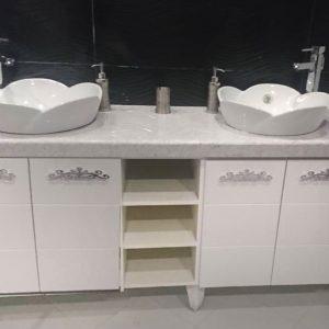шкаф за баня с две мивки