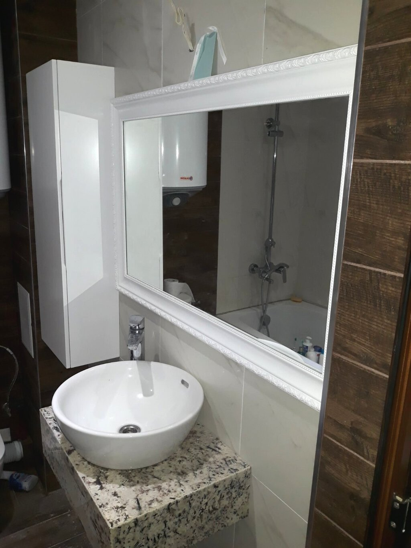 Огледало за баня с колона за баня и плот от технически камък