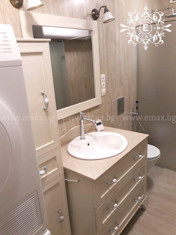 долен шкаф за баня с колона за баня и огледало за баня