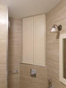 ъглов вграден шкаф за баня