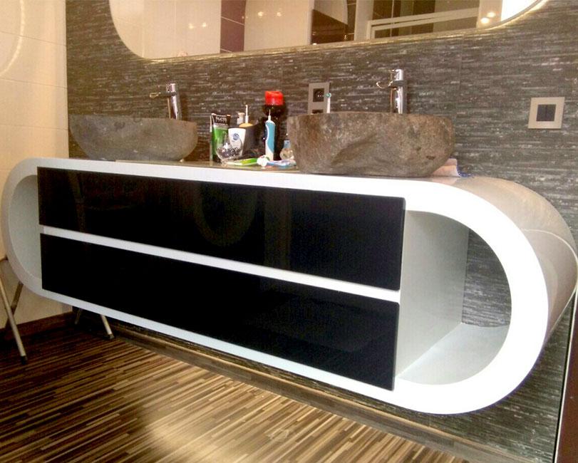 шкаф за баня черно и бяло