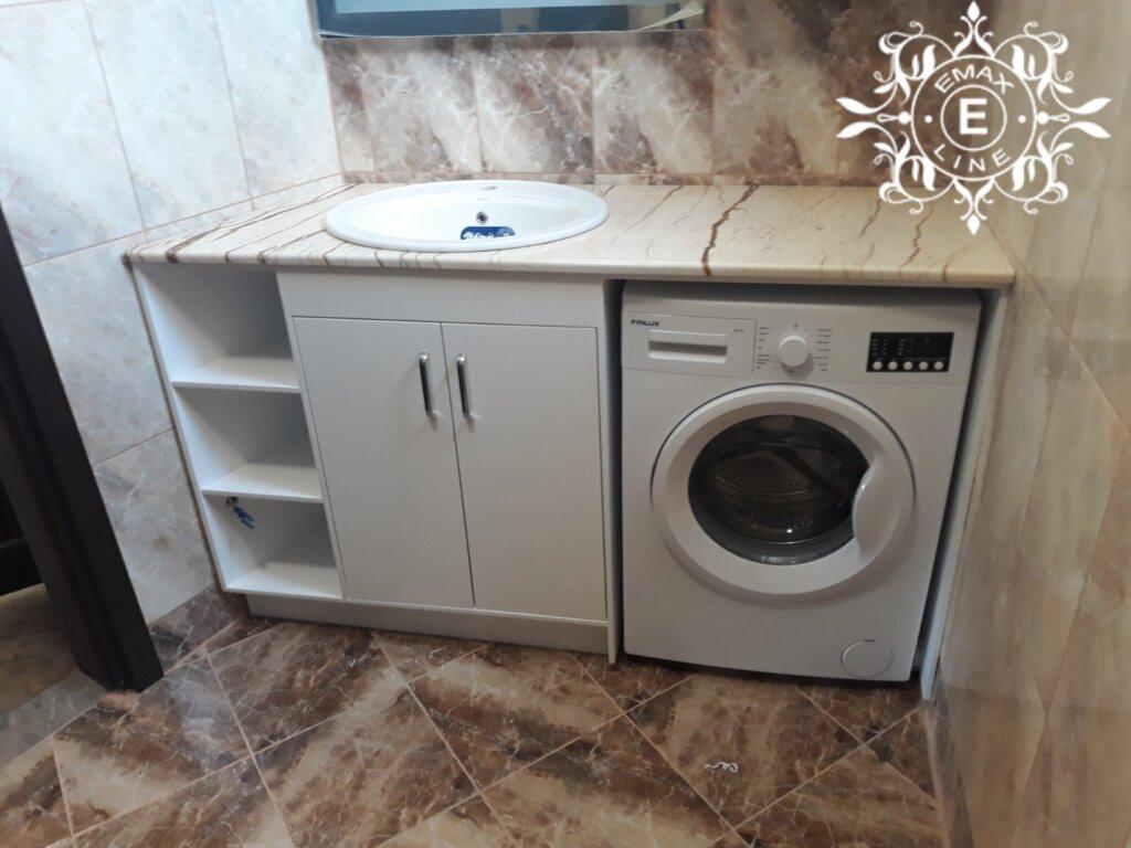 вградена пералня в шкаф за баня
